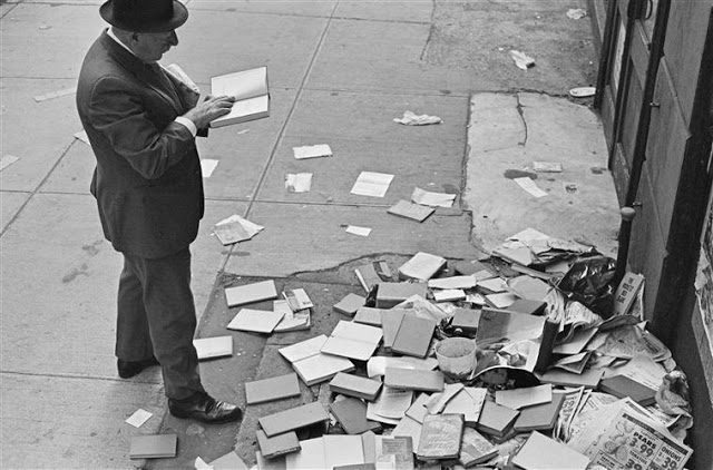 kertesz-man-and-abandoned-books
